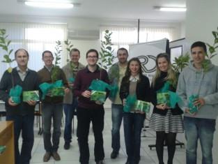 Colaboradores das Empresas Rio Deserto recebem mudas de árvores