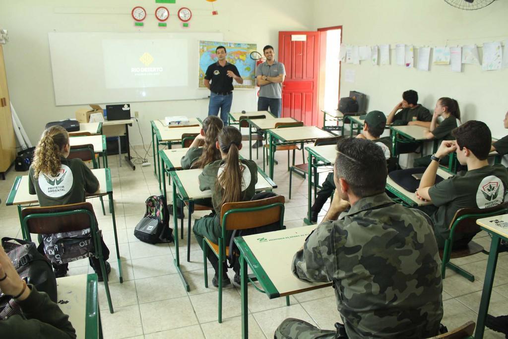 Rio Deserto é apresentada em programa da Polícia Militar Ambiental, realizado em escola de Treviso