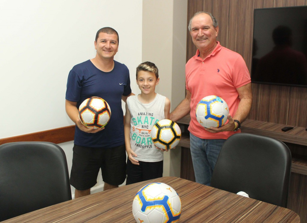 Rio Deserto doa bolas de futebol ao Projeto Sementes para o Futuro