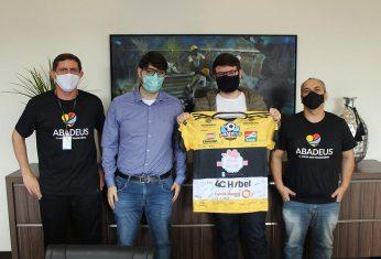 Rio Deserto recebe camiseta da Abadeus, em agradecimento por parceria